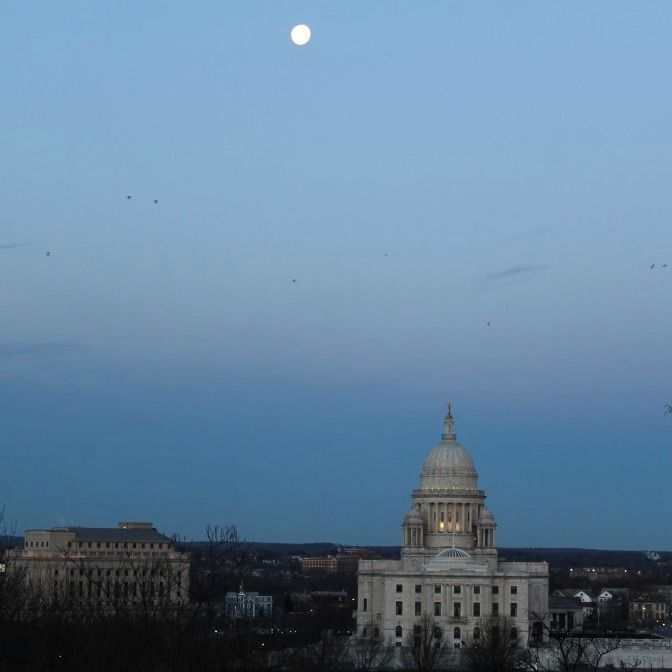 Lovely moon setting over the Capitol #startthedaywithsomethingbeautiful