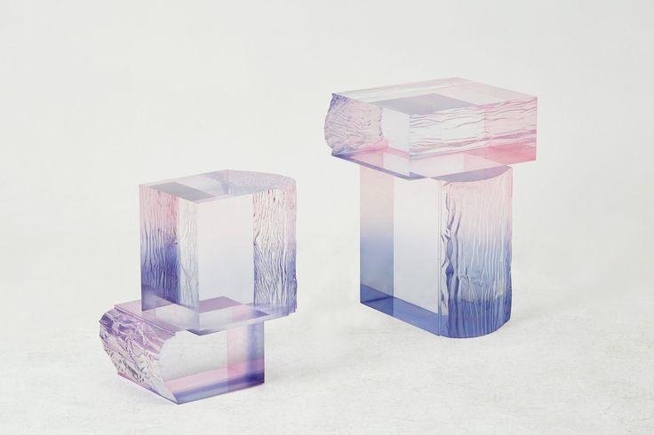 """Suite à sa collection de tables basses en résine acrylique nommée Crystal Series, le designer sud-coréen Saerom Yoon réitère et donne une suite à cette collection en créant des meubles colorés et texturés.  Saerom a utilisé la même technique que pour sa précédente série, en ajoutant des colorants directement dans la résine acrylique transparente. """"Je voulais créer une forme, façonnée uniquement par la couleur, comme peindre une aquarelle dans l'air."""" explique-t-il.  Au cours du processus..."""