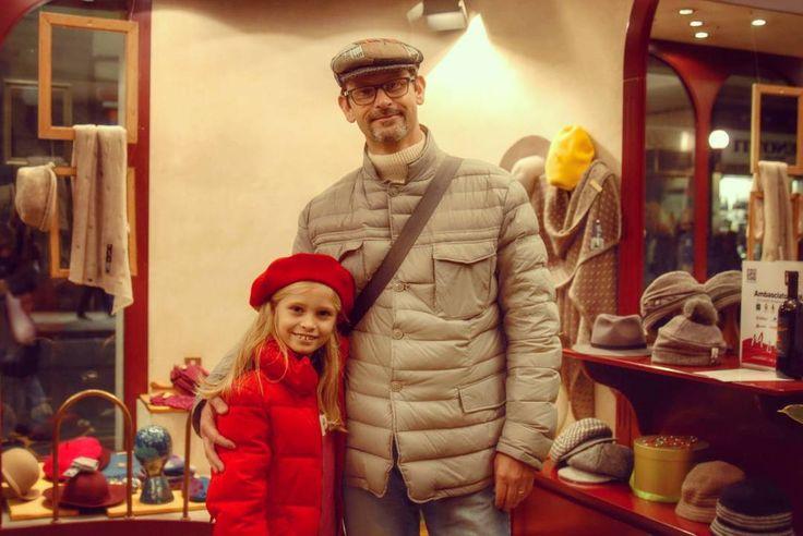 """Rendersi piacevoli... cose che si tramandano di padre in figlia :) Un papà e una splendida bambina provano i modelli Rinaldelli durante l'Evento """"Mare di Vino"""" che abbiamo ospitato in negozio lo scorso Sabato.  #modisteria #livorno #toscana #madeinitaly #artigianato #cappello #cappelli #hat #hats #rosso #maredivino #instalife #instalike #l4l #like4like #likeforlike"""