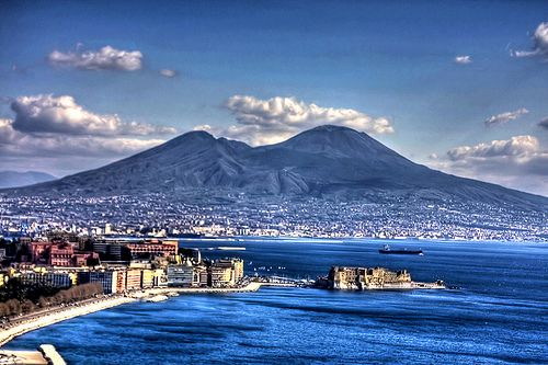 Campania - Napoli - Il golfo, Castel dell'Ovo,è il castello più antico della città di Napoli ed è uno degli elementi che spiccano maggiormente nel celebre panorama del Golfo. Si trova tra i quartieri di San Ferdinando e Chiaia, di fronte alla zona di Mergellina.