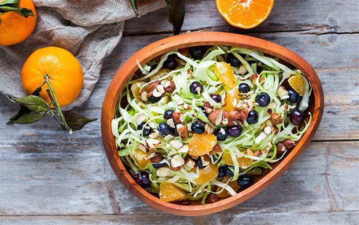 Sprød kålsalat med blåbær og appelsin
