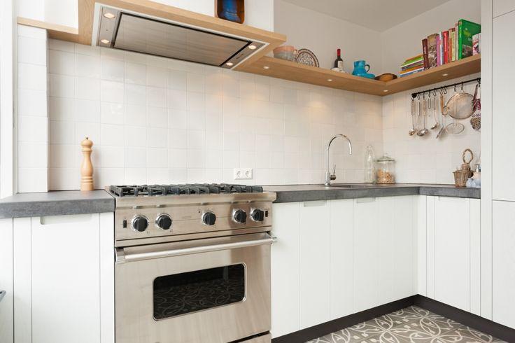 Aanschuiven aan de bar tijdens het koken is een feest voor gast en kok. Oud Hollandse witjes, antraciet beton en geschilderd eiken maken dez...