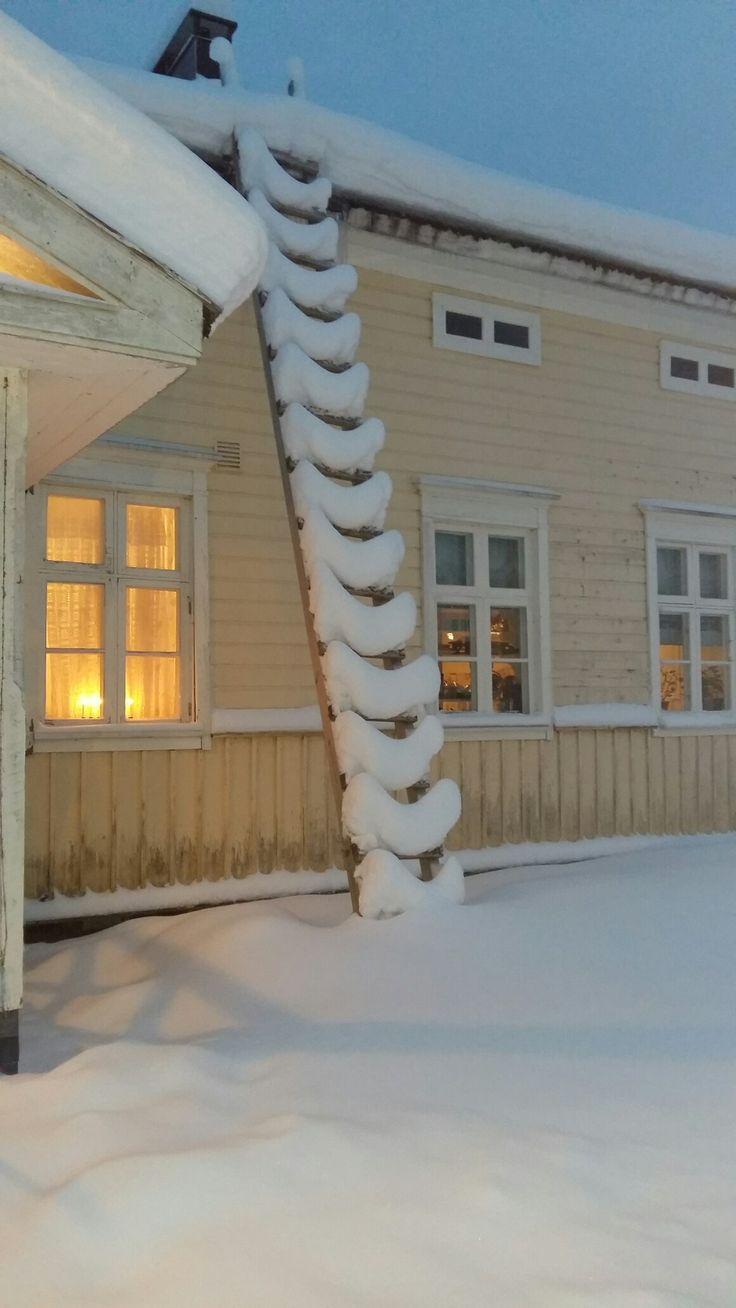 Neuleenan portaat ja lumet katon portaisss