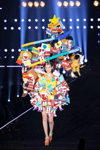 Kiko Mizuhara promotes LOVE & PEACE in a dress designed by Yoshikazu Yamagata at TOKYO GIRLS COLLECTION | 総額1千万円の巨大ドレスを水原希子が着用 デザイナー山縣良和が制作