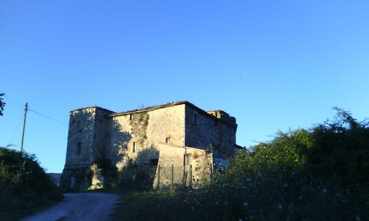 Nella località di Configni c'è la Rocca di Montalbano: risalente al XII sec., fu al centro di lotte per il possesso del territorio da parte di abbazie e nobili locali. Oggi, disabitata, continua a dominare la campagna. #italiainpin #umbria #acquasparta