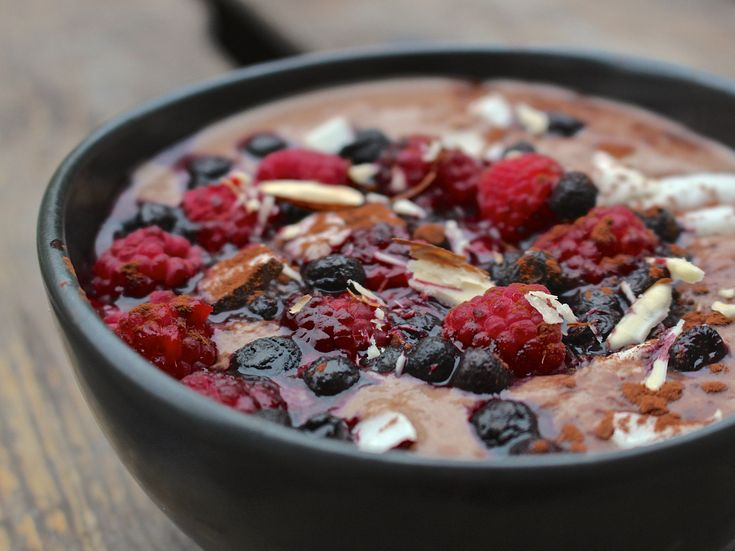 Ett dessertgott frukostrecept som mättar länge! Bovetet kräver blötläggning men annars går den här frukosten lika fort att svänga ihop som en smoothie. Frukosten är basbildande och mild för magen. …