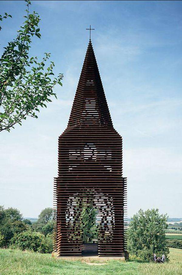 O grupo de arquitetos, Gijs Van Vaerenbergh, construiu esta igreja em Borgloon, Bélgica. Ela a princípio não parece ter nada de especial, até que você muda o ângulo que olha para ela.