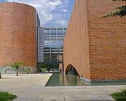 Biblioteca Eafit. La Universidad ofrece 3 doctorados,   16 maestrías y 50 especializaciones.