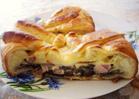 Пирог с грибами, сыром и беконом