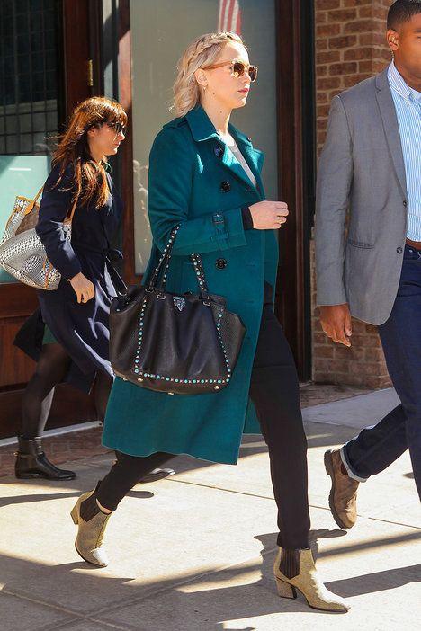 Přestože tato herečka nepatří mezi trendsettery, její ležérní styl vám může být blízký. Jennifer nedá dopustit na dokonale padnoucí černé džíny a na zimu si pořídila nádherný, modrozelený kabát Burberry. Pokud si nemůžete dovolit zaplatit za svršek desetitisíce, prohlédněte si úspornou variantu níže; Profimedia