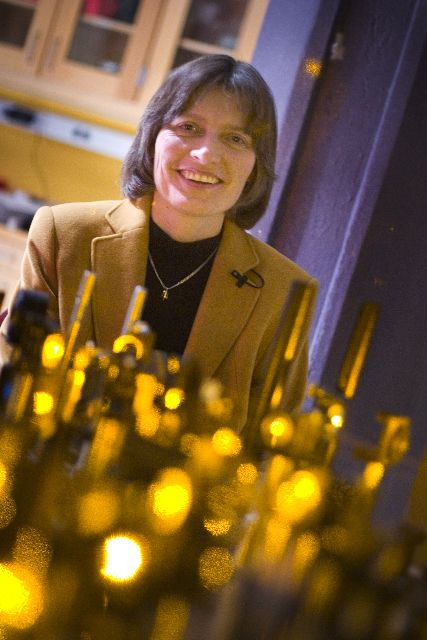 Lene Hau (Vejle, 1959) led a Harvard University team who, in 1999, by use of a Bose-Einstein condensate, succeeded in slowing a beam of light to about 17 m/s, and, in 2001, was able to stop a beam completely. Work based on these experiments led to the transfer of light to matter, then from matter back into light, a process with important implications for quantum encryption and quantum computing. Later, she did research into novel interactions between ultracold atom and nanoscopic scale…