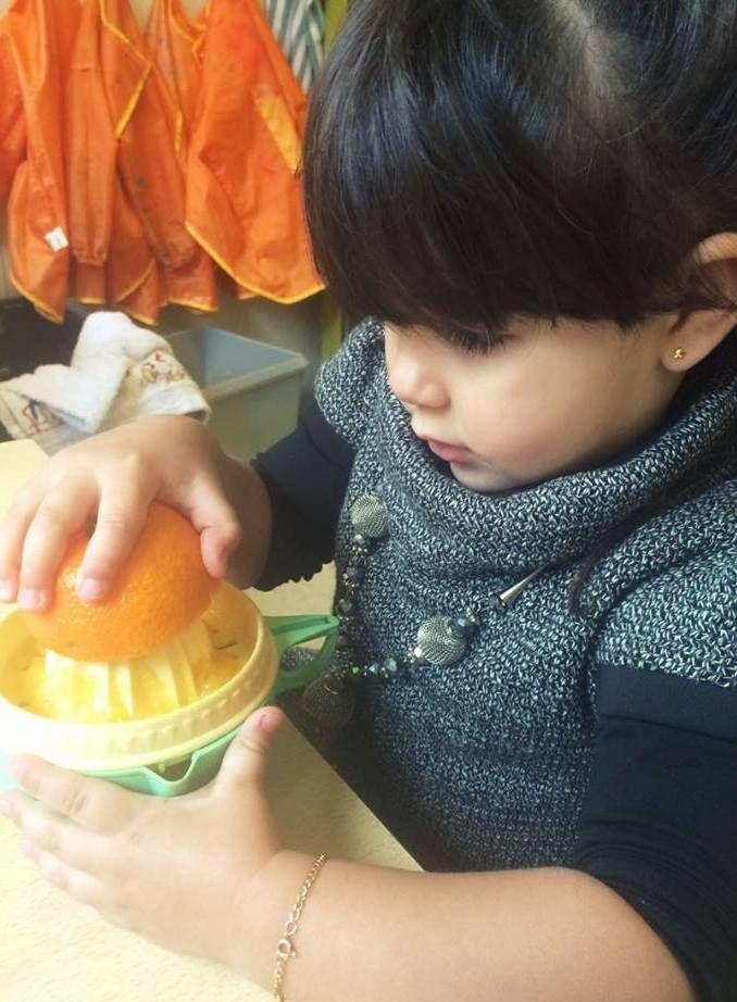 Lekkere vitamientjes! versgeperst sinaasappelsap. De kleuters konden het verschil ervaren tussen een elektrische fruitpers en een gewone fruitpers. Het verschil werd al snel duidelijk! Blog | Juf Athina