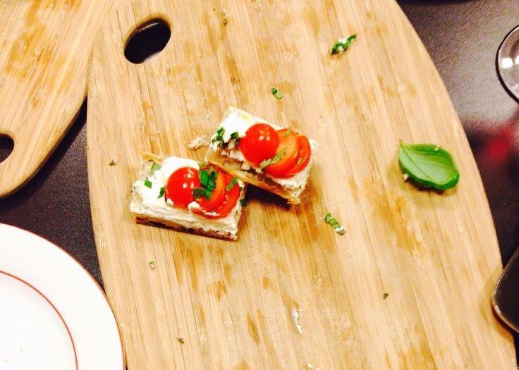 Une petite part ?  Souvenir d'une jolie soirée où nous avions #enviedecouleurs  avec les tomates & concombres de nos régions.  #green #homemade #food #fingerfood #healthy #vegetables #tomatoes #basil