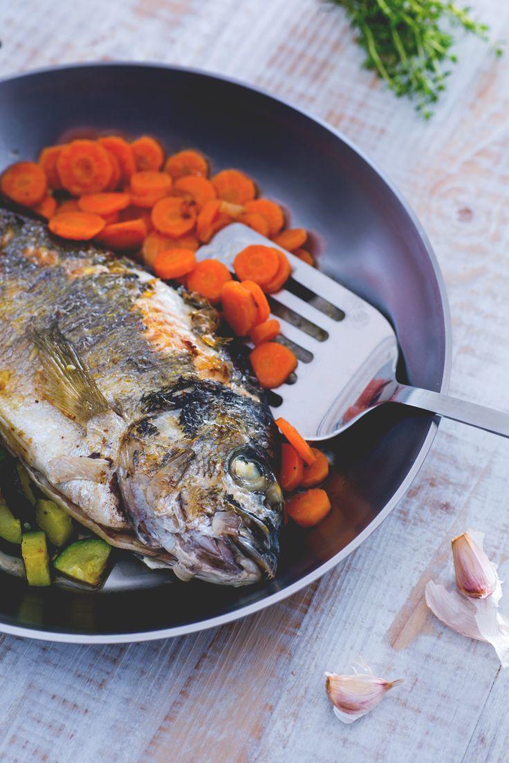 Con l'#orata in padella, in poco tempo riuscirete a servire un secondo di pesce leggero e appetitoso, con un contorno saporito di zucchine e carote! ( #bream in a pan) #Giallozafferano #ricetta #recipe #fish #seafood #vegetables