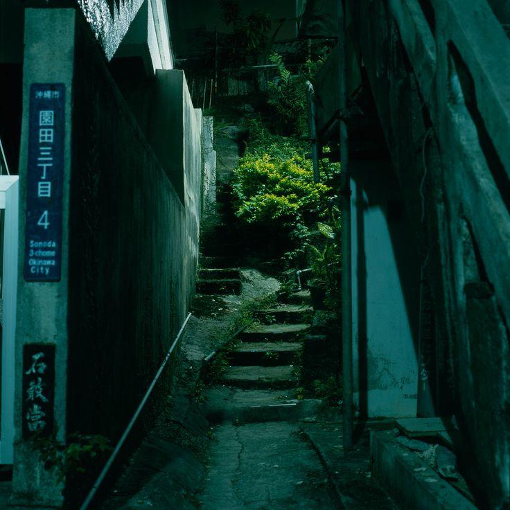 "kuroyuki: ""  small alleyway von Akira Asakura Über Flickr: sonoda, okinawa-city 沖縄市園田三丁目4 """