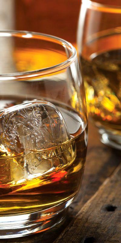 Gi bort et gavekort på whiskysmaking, her får to stykker muligheten til å smake seg gjennom fem ulike typer av den komplekse og raffinerte drikken whisky.