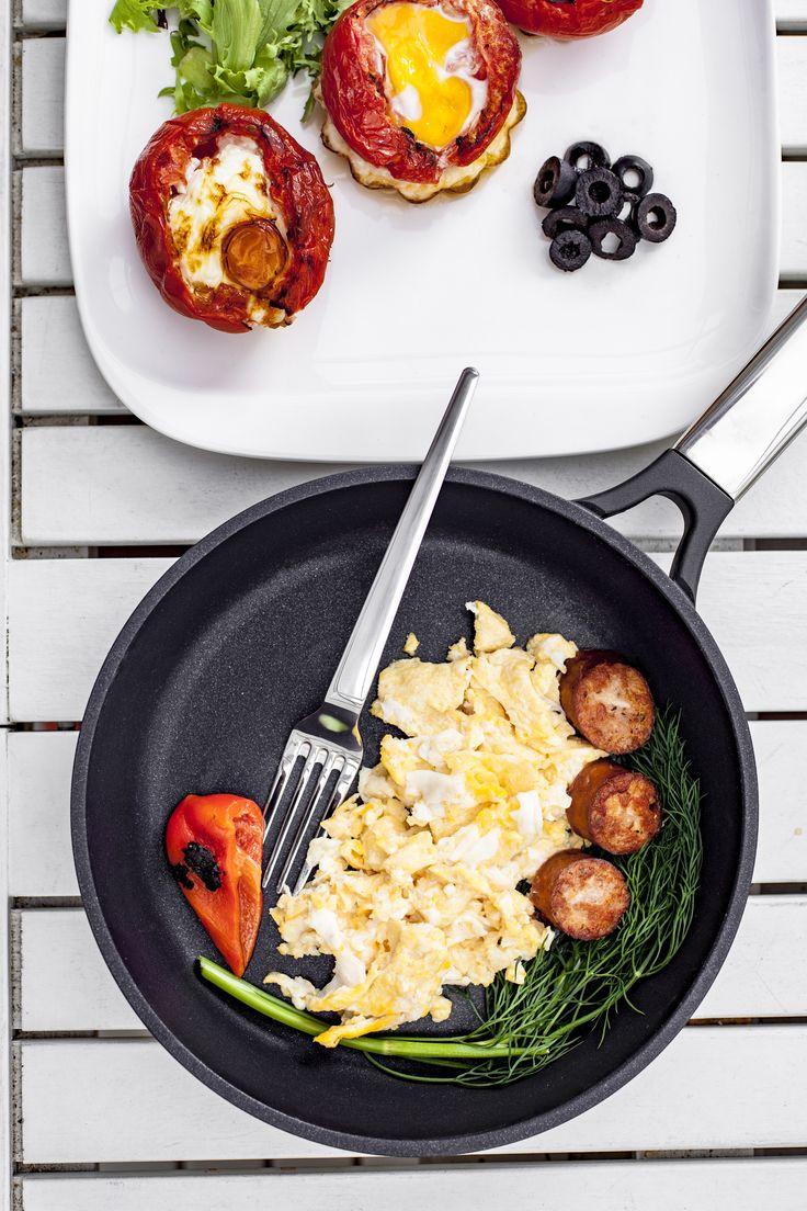 Jajecznica i zapiekane pomidory i jeszcze kilka innych pomysłów na długie śniadanko :-) Patelnia TAURUS, widelec CAVE oraz talerz TOKYO w drugoplanowych rolach ;-)