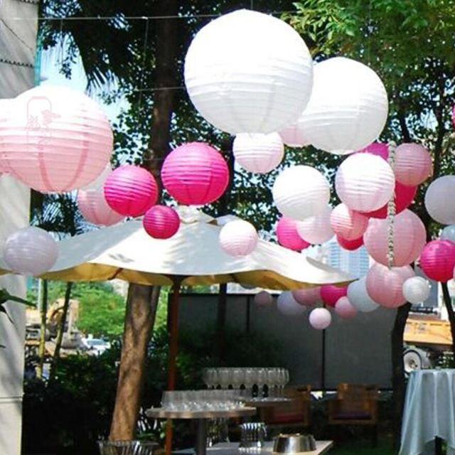 Tuinfeest versierd met witte, licht roze en fuchsia lampionnen.  #lampion #garden #feest #wedding #trouwen #huwelijk #tuinfeest #styling #decoration #marriage #weddingideas #weddinginspiration #gardenwedding #paperlantern #lampionnen #weddingdecor #party #pink Hochzeit dekoration, Bruiloftsborden, hangende lantaarn, Fete de mariage. Lanternes en papier.  www.lampion-lampionnen.nl