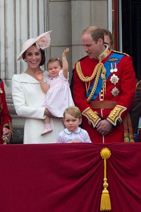 Kuva: Justin Tallis. Reilu vuoden ikäinen prinsessa Charlotte äitinsä herttuatar Catherinen sylistä.iltasanomat 11.6.2016