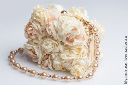 Купить или заказать Свадебная сумочка. Свадебный клатч. в интернет-магазине на Ярмарке Мастеров. Клатч обшит мелкими атласными розочками, внутри карманчик, ручка бусы 70 см. размер свадебной сумочки 16х14 , донышко 3 см. По моему мнению, сумочка это то, что невеста должна иметь при себе, как много того, без чего невеста никак не может обойтись. Обычно свадебная сумочка небольшая и обязательно должна подходить по стилю с общим образом невесты. Итак, самое необходимое что невеста должна…