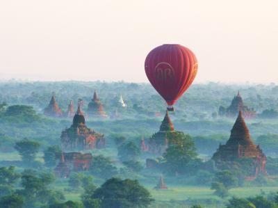 ミャンマー旅行3日目。<br />バガン2日目はバガン平原に広がるサバンナの上空を飛ぶ熱気球のショートトリップ。<br /><br />熱気球は日の出とともに空に上がり、オレンジ色に染まるパゴダを眼下にくるくると回転しながらゆっくりと南へ流れていきます。<br /><br />そして高度が低くなった後半では朝もやに包まれたパゴダ群の中を通り抜けていくなど、トータル約30分の短い飛行時間でしたが、空からの壮大で不思議な景色を楽しめたひとときでした。<br /><br /><旅程表><br /> 2011年<br /> 11月2日(水) 成田→ハノイ→ヤンゴン<br /> 11月3日(木) ヤンゴン→バガン<br />○11月4日(金) バガン→ポッパ山→バガン<br /> 11月5日(土) バガン→マンダレー<br /> 11月6日(日) マンダレー(アマラプラ→サガイン)→ヤンゴン<br /> 11月7日(月) ヤンゴン→ハノイ<br /> 11月8日(火) ハノイ→成田
