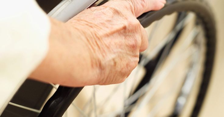 Cómo construir una rampa para sillas de ruedas desmontable. Una rampa para sillas de ruedas desmontable es una solución ideal para quienes no son propietarios de sus casas o para quienes necesitan usar una silla de ruedas temporalmente. Puedes ahorrarte mucho dinero si construyes la rampa tú mismo, ya que la construcción es menos complicada que cualquier proyecto de carpintería de nivel medio.