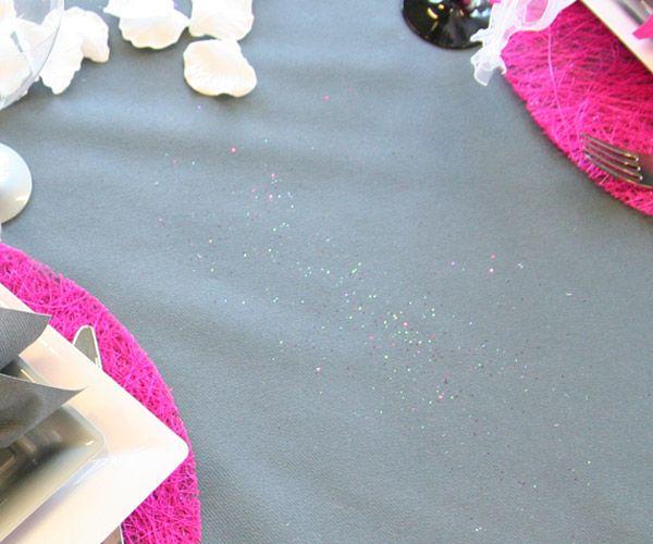 Gris foncé, la nappe apporte de l'intensité et de l'élégance à cette composition. Pour ajouter une touche festive, vous pouvez y saupoudrer des paillettes décoratives !