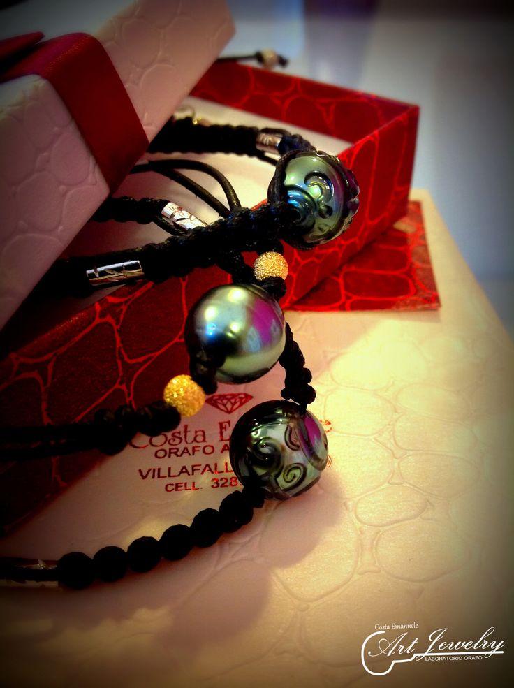 Bracciali macramè, con perle di Tahiti e inserti in oro giallo e bianco.  #jewels #bracelet #gold #blackpearls #tahitianpearls https://www.instagram.com/costaemanuele_artjewelry/ https://www.facebook.com/gioiellicosta/  Photo: Noemi Barolo