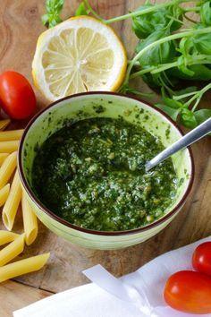 Basilikum-Pesto selber machen - frisch gemacht ist Basilikum Pesto am leckersten. Mit leckerem Parmesan und Pinienkernen. Ideal auch zu frischem Fisch.