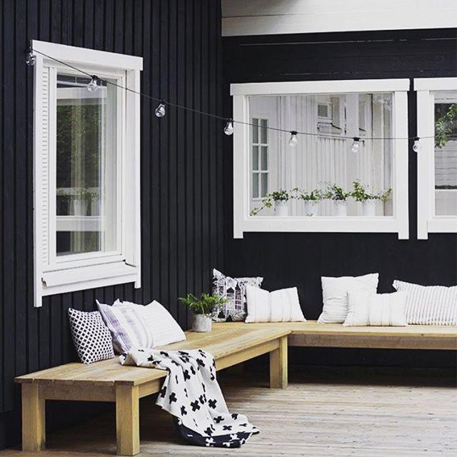 UTEMILJÖ ➰ Så enkelt, så snyggt, så praktiskt! Snickra ihop en sittbänk med lite extra djup som löper längs fasaden på uteplatsen. Bulla upp med favvokuddarna så blir detta härliga och avslappnade sittplatser för både familj och vänner. Källa: Pinterest