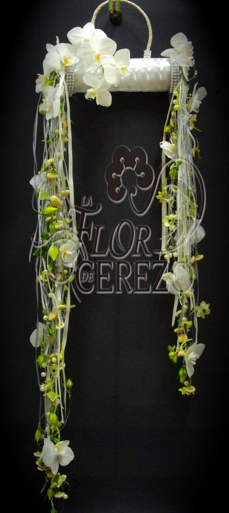 Bolso manguito con orquidea phalenopsis