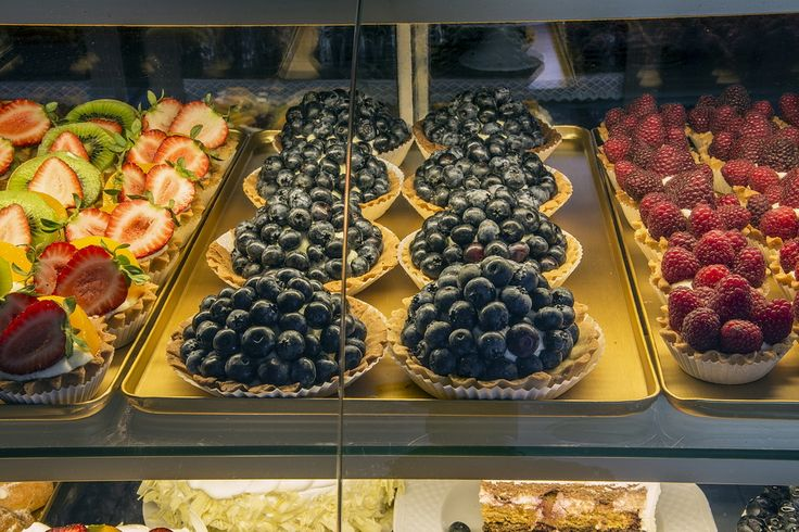 MAGOREX golden trays in patisserie. Złote tace wystawowe MAGOREX w cukierni.  More information at http://katalog.magorex.pl/product-pol-15-Tace-wystawowe-tloczone-aluminiowe-zloty-anodowany.html