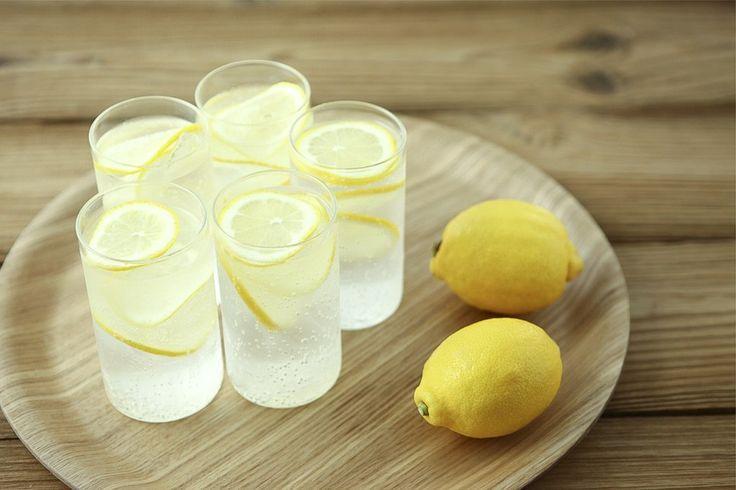 Wszyscy wiemy, że picie wody z cytryną każdego dnia na czczo pozytywnie wpływa na nasze zdrowie. Ten napój swoimi właściwościami nie tylko dostarcza nam witaminę C, przeciwutleniacze oraz zwalcza wolne rodniki, ale również ...