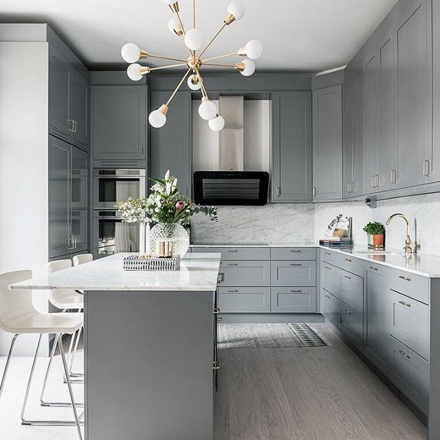 Underbart kök på Upplandsgatan! #tillsalu @fastighetsbyranvasastan #fastighetsbyrån #vasastan #köksinspiration #kök #marmor #köksö #scandinaviandesign #inredning #inredningsdetaljer #inredningsinspiration