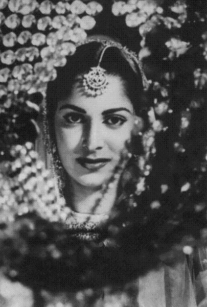 Once upon a time... — myluckyerror:   Waheeda Rehman in CHAUDHVIN KA...