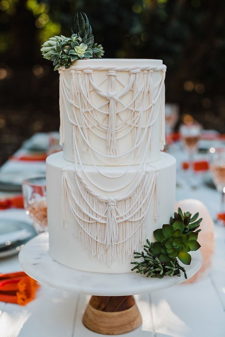 Weißer Makrameekuchen überstiegen mit strukturierten Succulents für Boho-Wüstenhochzeit   – Wedding Cakes & Sweets