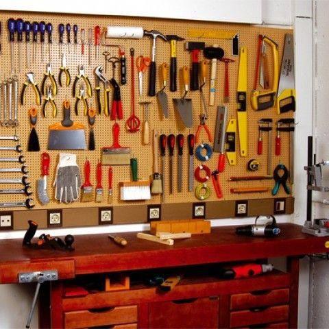 Outils d'atelier accrochés sur panneau perforé #bricolagefacilemaison   Atelier bricolage maison ...