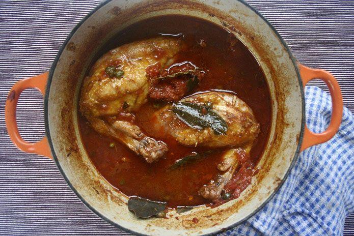 Lepoulet chasseurest un plat de viande typique de la cuisinetoscane, très connu et apprécié en Italie, surtout dans les régions du Nord. Cette recette est très simple et savoureuse grâce à ses ingrédients, comme l'oignon, le vin rouge, les tomates, qui contribuent à exalter le goût du poulet. Les origines …