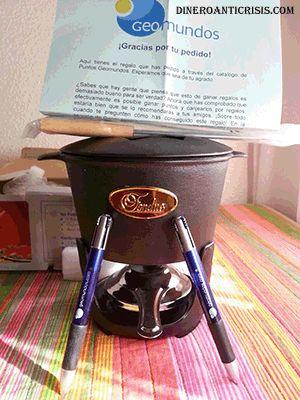 Regalo abierto mostrando fondue y bolis de colores. Este premio ha sido ganado gracias a los puntos de Geomundos.