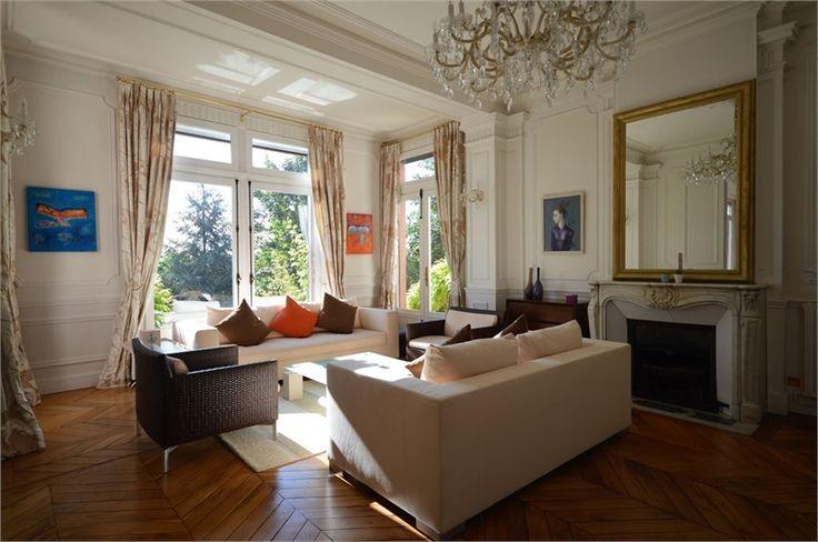 Située dans le département des Hauts de Seine, magnifique demeure de campagne à vendre chez Capifrance.    Terrain de 2400 m², 266 m² habitables, 9 pièces dont 4 chambres.    Plus d'infos > Chantal Balaguy, conseillère immobilière Capifrance.