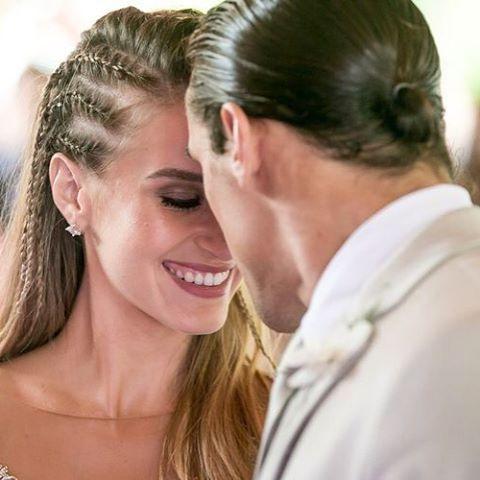 E o que amei o look noiva da Bárbara no final de #malhação Super moderno e jovem, a noiva estava com um cropped rendado, nude, fugindo do tradicional branco. Uma linda inspiração para noivas que querem algo ousado! Fotos Gshow #penteadodenoiva #penteadocomtrança #tranças #makeup #maquiagem #cropped #weddingdress #vestidodenoiva #tvglobo #gshow #barbarafrança