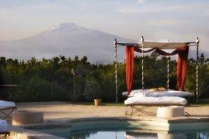 http://www.lemienozze.it/operatori-matrimonio/luoghi_per_il_ricevimento/ricevimenti-a-catania.php  Castello con piscina in stile neogotico