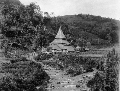 Masjid di wilayah Minangkabau, tahun 1895. Foto koleksi Tropenmuseum.
