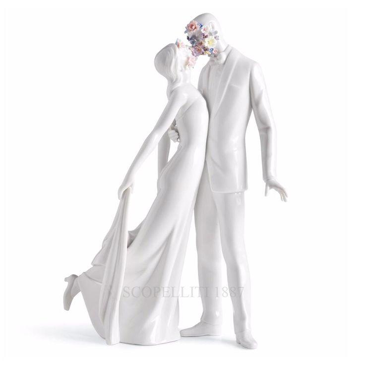 """Lladrò – Statua """"Amore I"""" Statua che immortala l'amore tra due giovani. I fiori in faccia rappresentano un amore nascente, appena sbocciato, che cela un corteggiamento. I corpi teneramente appoggiati: lei tiene un lembo del vestito mentre lui la stringe a sé. Espressioni e dettagli raffinatissimi che evocano emozioni e ricordi. Idea regalo perfetta per matrimoni, feste di fidanzamento o da tenere con sé come ricordo prezioso."""
