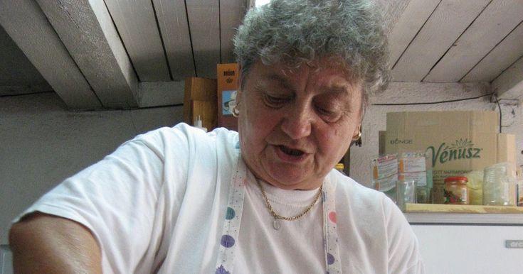 Amint korábbi blogbejegyzésemben ígértem, az alábbiakban közprédára teszem Irénke néni főzési trükkjeit - természetesen az ő engedelmével é...