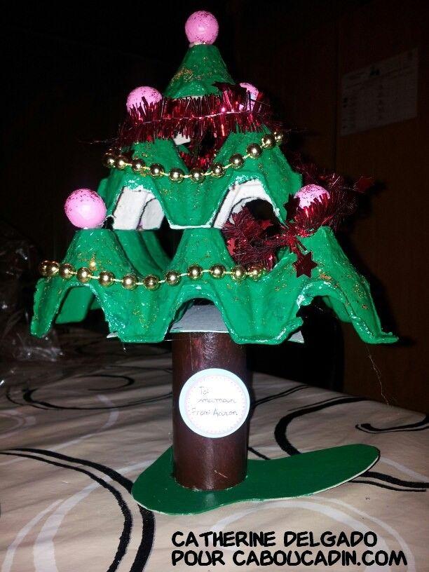 un sapin de Noël avec des emballages en carton d'oeufs recyclez vos emballages en carton d'oeufs en sapin de Noël #bricolage #noel #Noël #décoration #activité #maternelle #caboucadin #sapin #père #renne  http://www.caboucadin.com d'autres idées de Noël sur http://www.caboucadin.com/activites-de-noel.php