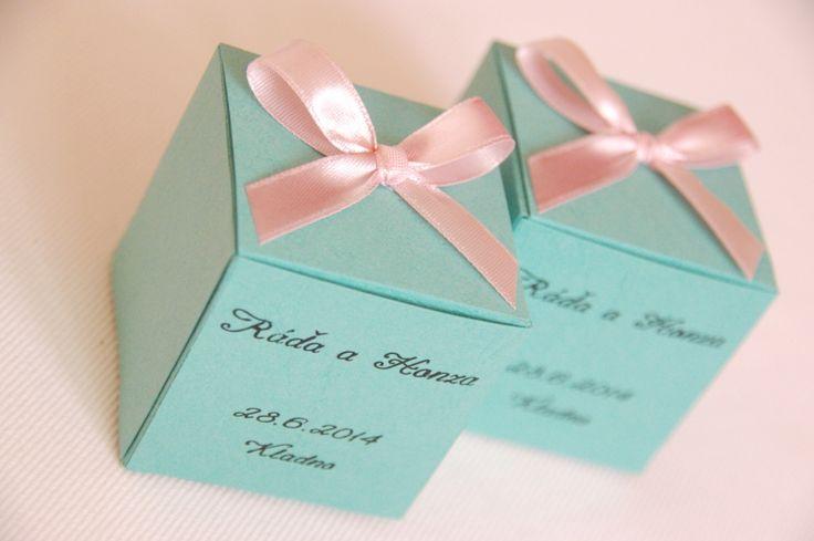 Mentolovorůžové krabičky jako dáreček pro hosty! Nabízím ke koupi lepené otevírací krabičky vytvořené zkvalitního vroubkovaného papírumentolové barvy, ozdobené starorůžovou stuhou ve trvaru mašličky. Krabičky mohou sloužit jako dárečky pro hosty a zároveň jako ozdoba sváteční tabule. Lze do nich umístit například mandličky obalované vcukru, nebo jiné ...