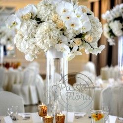 dekoracja stołu gości - kwiaty i świece