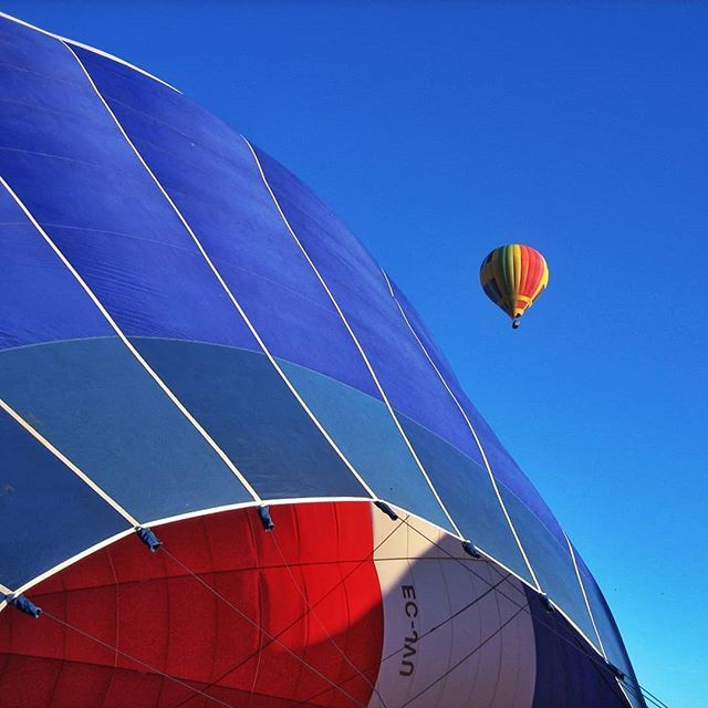 http://ift.tt/2vqQf22 #Viajandoporviajar Una de las cosas más sorprendentes que hemos hecho ha sido volar en globo sobre Segovia. Ni vértigo  ni mareo  ni frío para ser un mes de febrero.  Te dejas llevar por el viento y te desplazas con suavidad. Cómo será dar la vuelta al mundo en globo? . . #españa #volandoenglobo #baloon #azul #blue #igerssegovia #instatravel #travelblog #photosociety #igersspain #loves_spain
