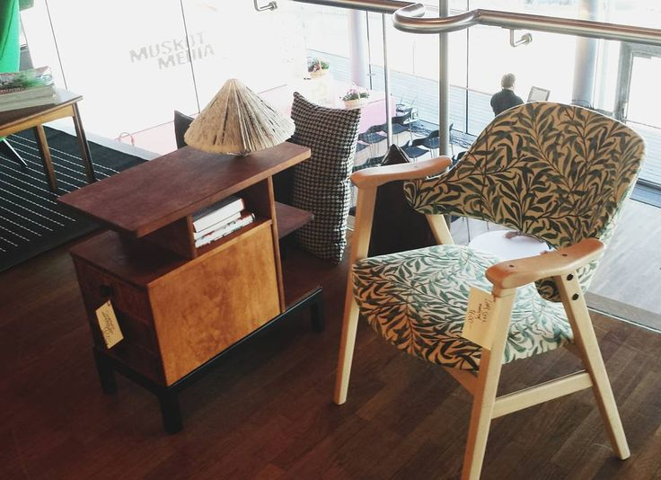 "Sängbordet är sålt men ni har fortfarande en chans på denna snygga stol. Design ""Lars"" av Bengt Ruda från 50/60tal klätt i William Morris tyg Willow @fairliving_lulea #fairliving #möbellinjen #design #möbler #möbeldesign #bengtruda #williammorris #furniture #furnituredesign #diy #renovation #designer #interior #interiordesign #interiorinspiration #inredning #decoration #instadecor #instadesign  #color #colorful #paint #painting #illustration #artist #art #vscocam #vsco by kreativtt_design"